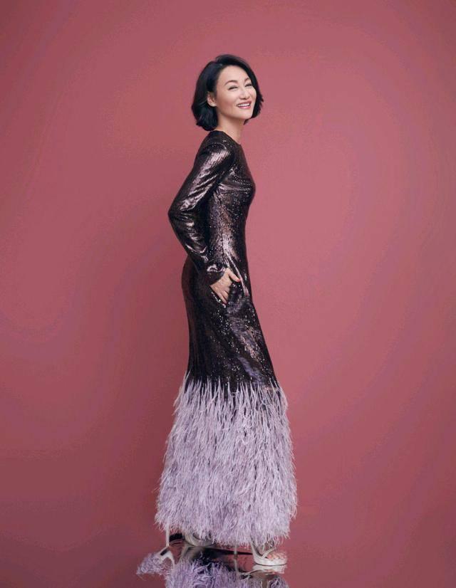 惠英红越老越有韵味,穿黑色连衣裙端庄稳重,气质高贵太迷人