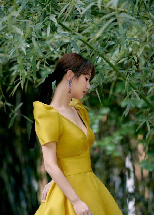 """杨紫难得没""""翻车"""",黄色连衣裙亮相高贵典雅,终于穿出女神范"""