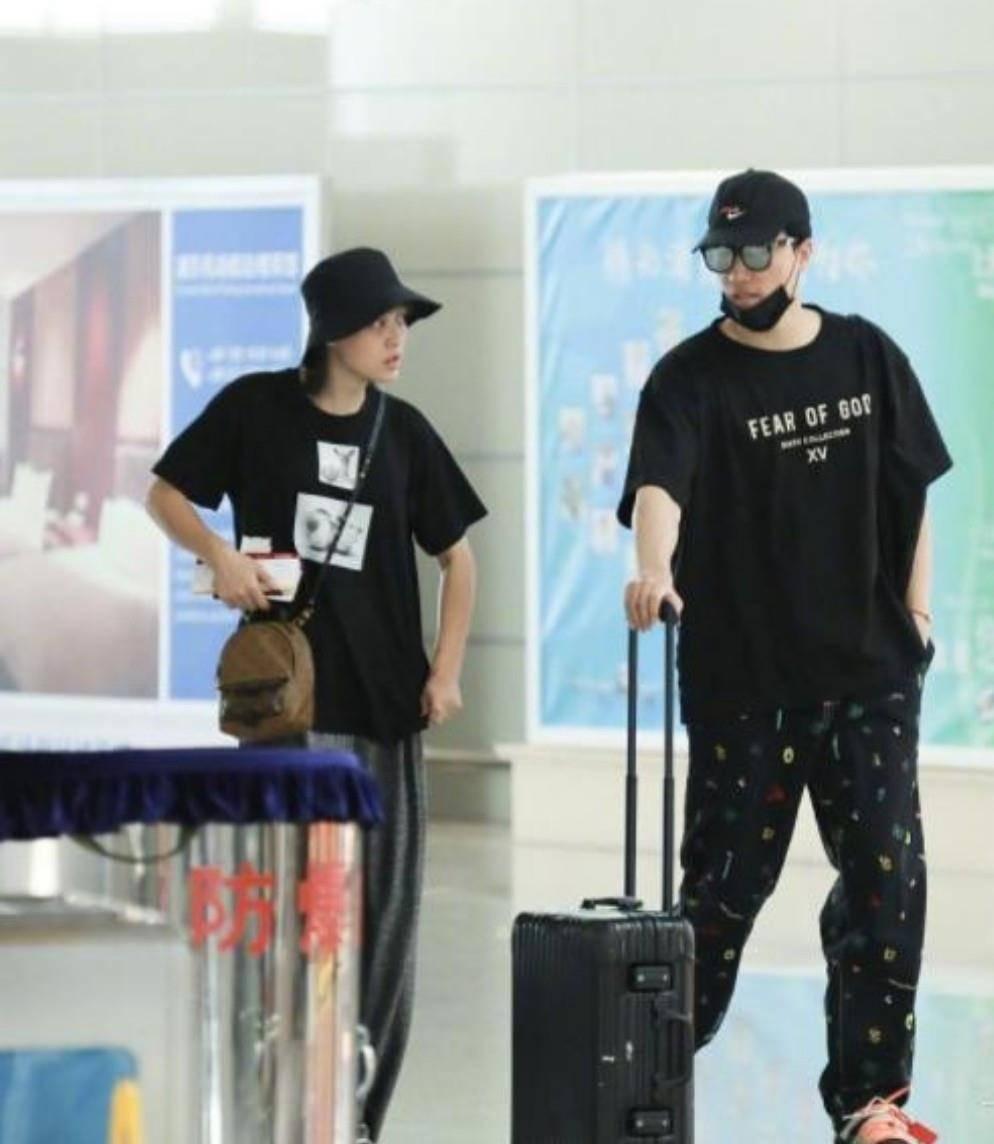 刘翔和妻子现身,吴莎穿同色系衣服衬托老公,夫唱妇随让人羡慕