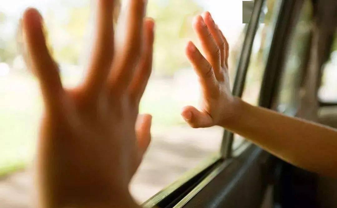 3岁女童被困车中抢救无效身亡,父母打牌忘带孩子,网友怒了