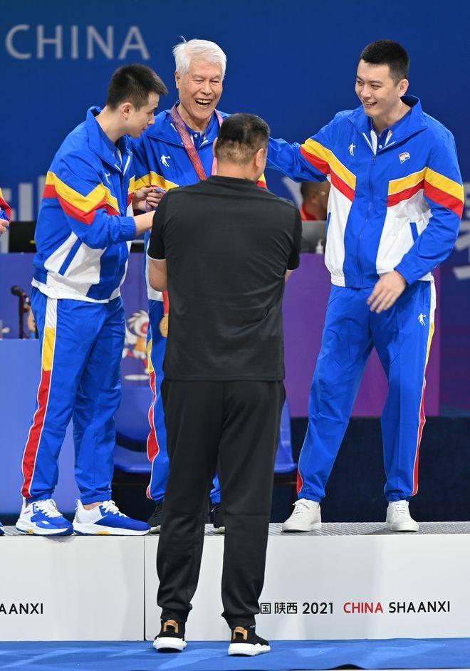 杨鸣将教练组唯一金牌让给老帅蒋兴权:感谢他巨大贡献