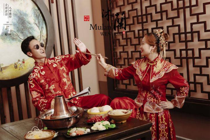 一辈子都不会过时的中国红婚纱照,也可以拍出时尚趣味的氛围感