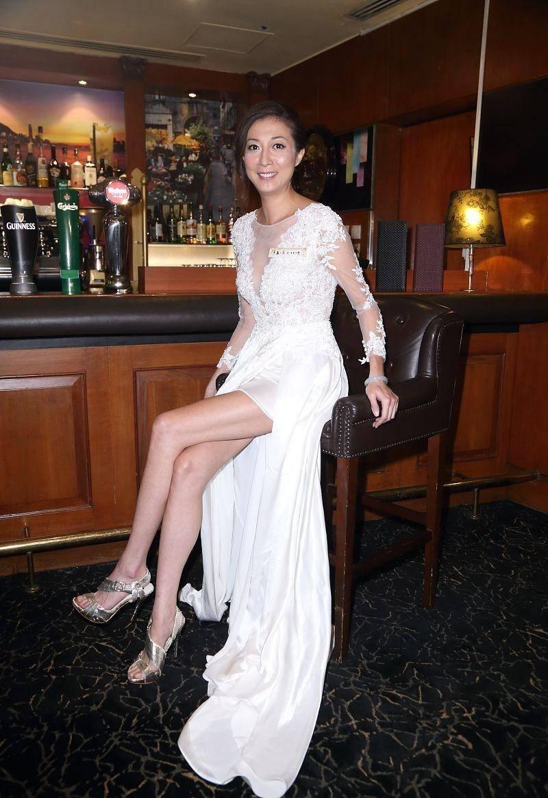 """生了""""小龙女""""的吴绮莉身材还这么好,大长腿太抢镜,曲线真撩人"""