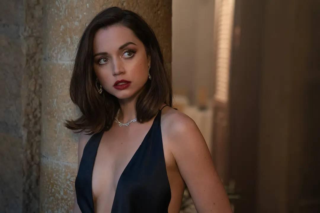 007两大邦女郎来了!33岁安娜穿深V裙太美艳,林奇开战斗机好飒