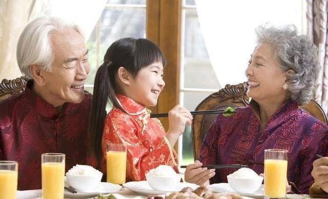 为啥越来越多的家庭姥姥带娃,奶奶偶尔来看看?宝妈们也很无奈