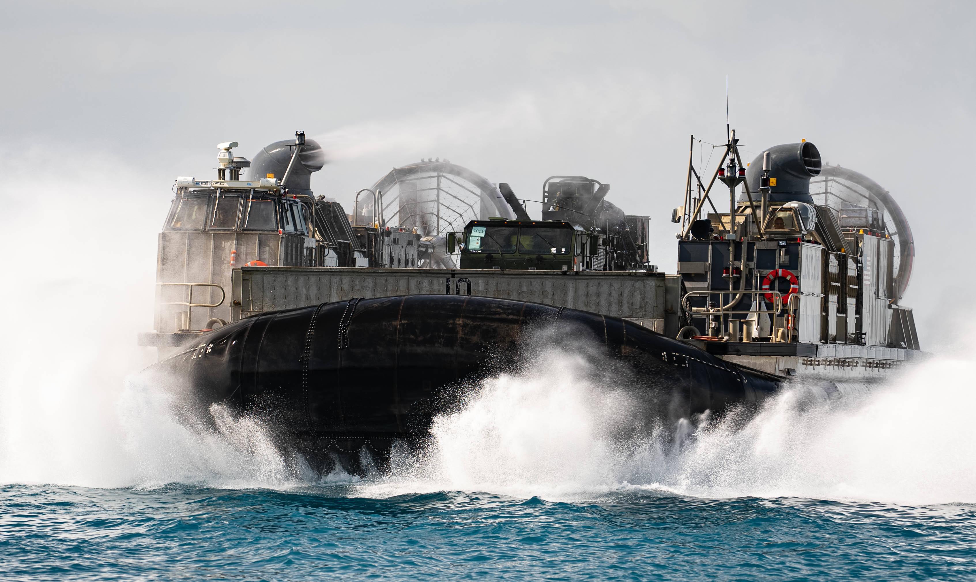美国气垫登陆艇LCAC和俄罗斯的欧洲野牛登陆艇差距多大?