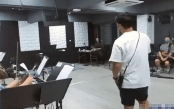 陈奕迅彩排现场曝光!久未露面身材略发福,穿着朴素秀小提琴才艺