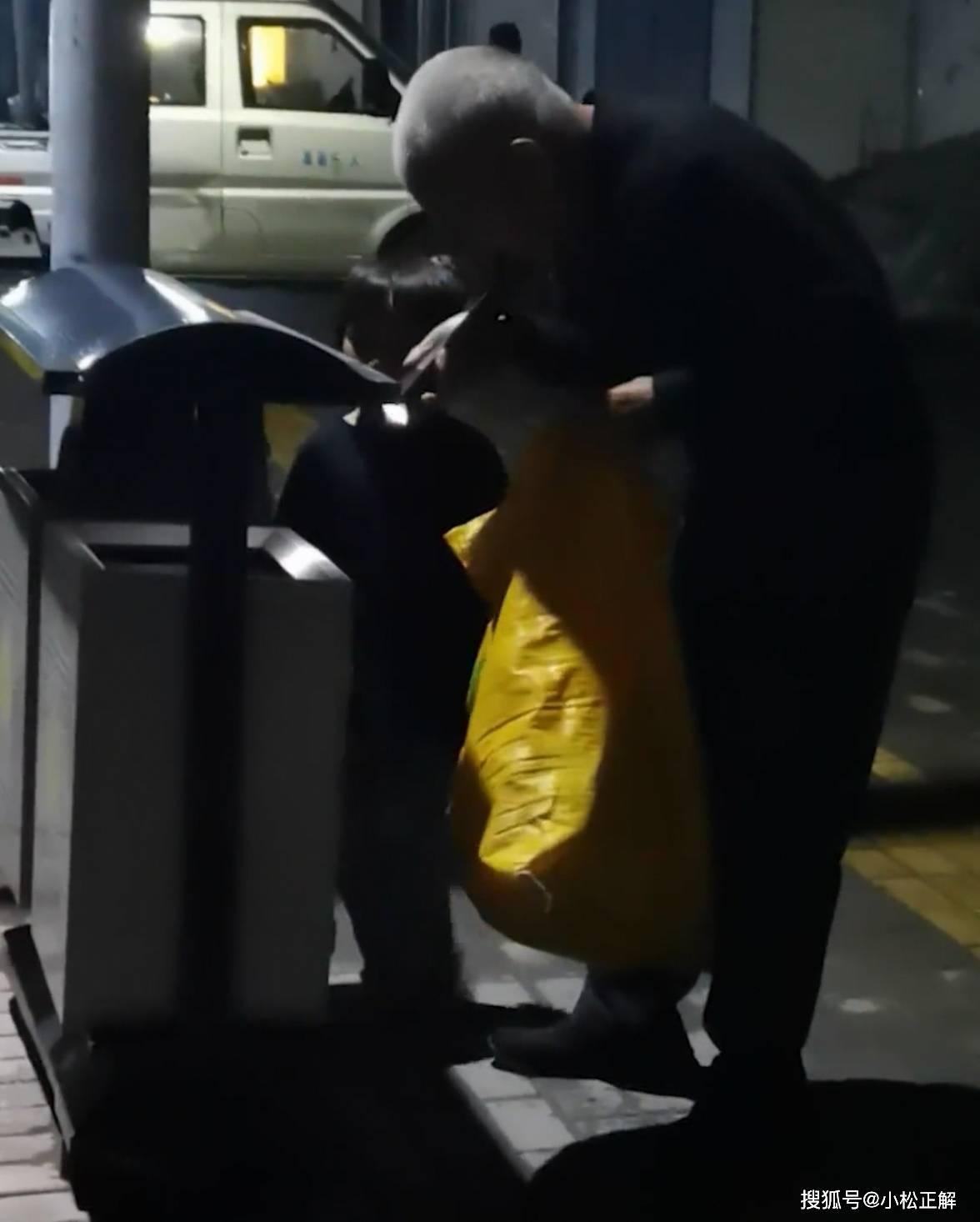 河南:77岁老人凌晨带孙女在无人的街头捡瓶子,只想让孙子活下去