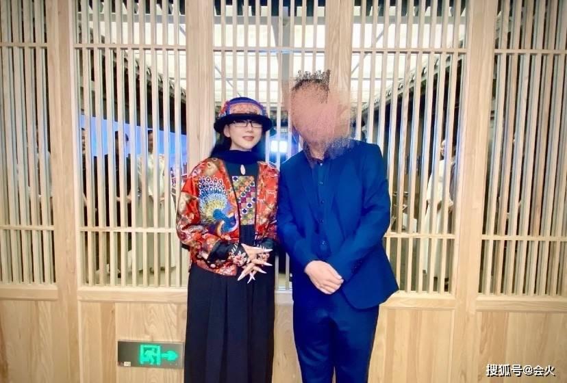 62岁杨丽萍吃火锅被拍!与异性合照笑容满面,打扮华丽脸仅巴掌大