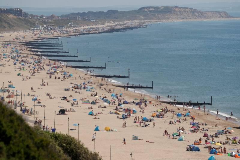 英国进一步放松管控。18个地区病亡数仍在增长,人群已扎堆海滩_中欧新闻_首页 - 欧洲中文网