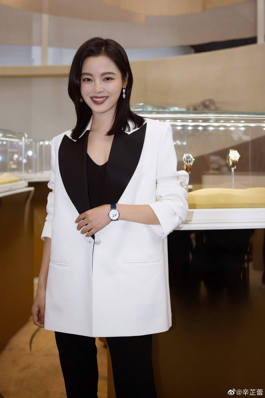 万宝龙品牌大使辛芷蕾亮相钟表展酷飒简约穿搭尽显女性魅力