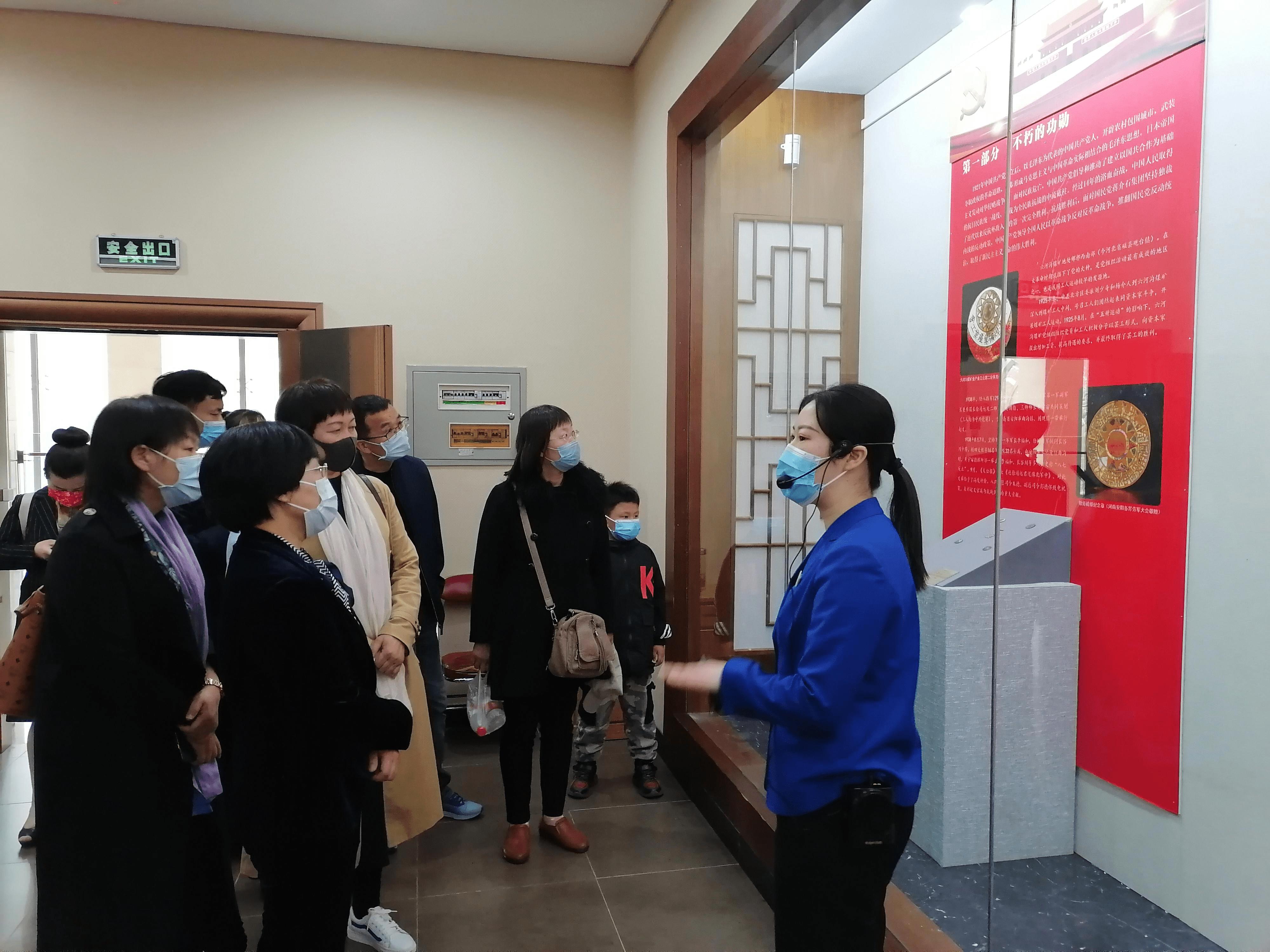 """民盟安阳市委会组织盟员开展参观《红色""""徽""""煌-徽章展》活动"""
