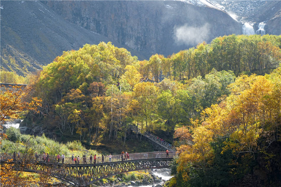 原创             吉林:长白山,皑皑雪峰和绚烂彩林之间的飞瀑流泉