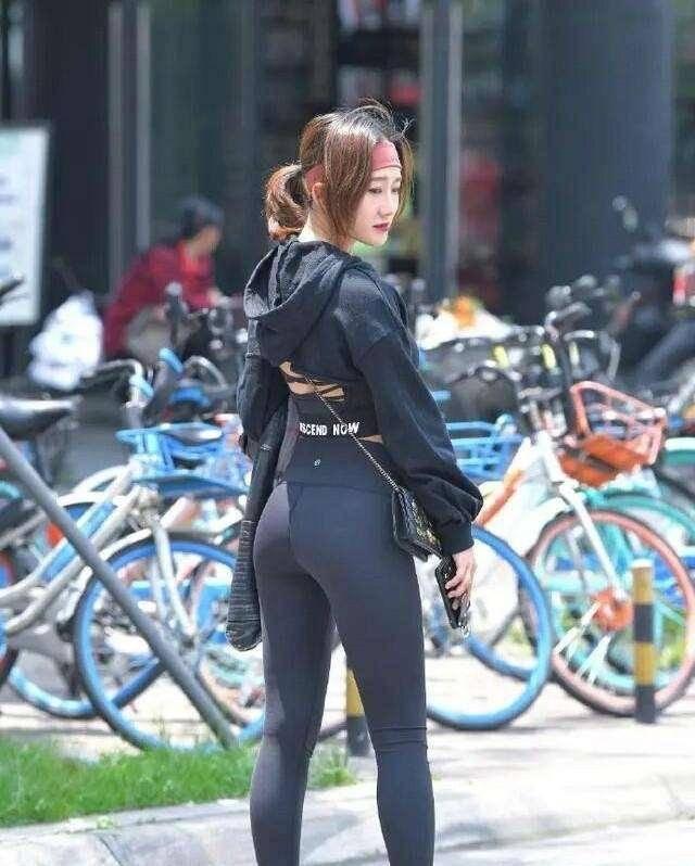 瑜伽裤是懒人出门快速穿搭服饰,有设计感的才时髦好看,裁剪独特