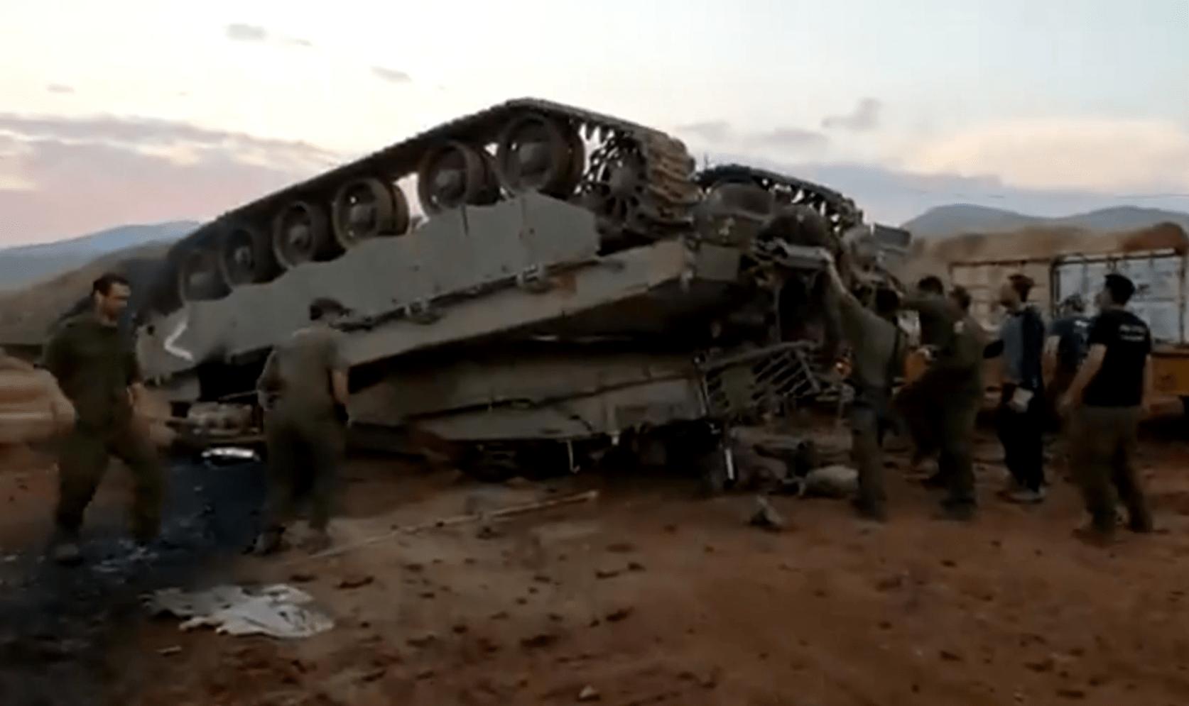 翻了个底朝天:以色列一辆梅卡瓦坦克从拖车掉落翻覆