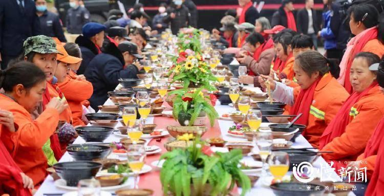 这天!环卫工们被请去长桌宴喝暖暖的腊八粥