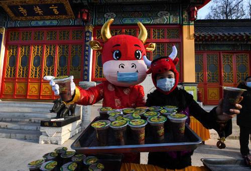 腊八粥,带回去1月20日,南京玄奘寺,志愿者在提前准备的腊