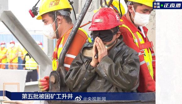 山东栖霞金矿安全事故救援:受困矿工升井后双手合十谢谢救援