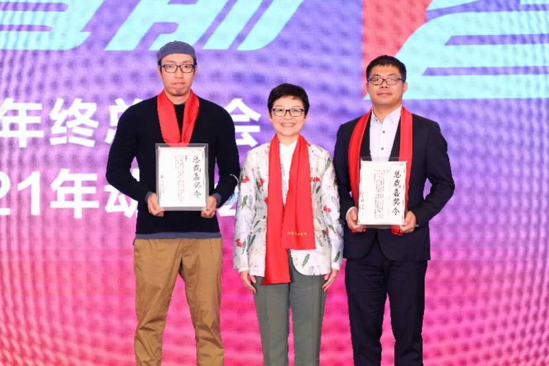 刘军、钟锐钧俩位新闻记者得到广州日报本年度首席总裁人物奖
