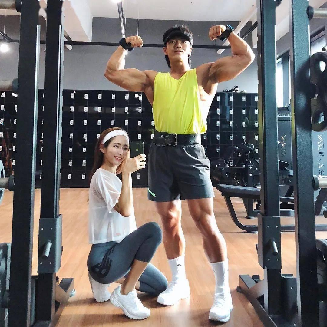 斗牛牛游戏在线:27岁高颜值女私教+肌肉猛男,网友:这是健身人都想有的样子