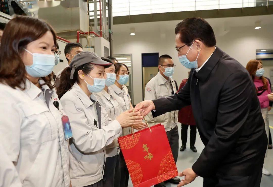 黄钦走访春节期间正常生产企业,慰问一线工作人员