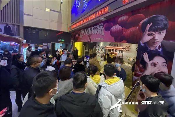 """【新春走基层】看""""春节档""""电影已是""""新年俗""""  第1张"""