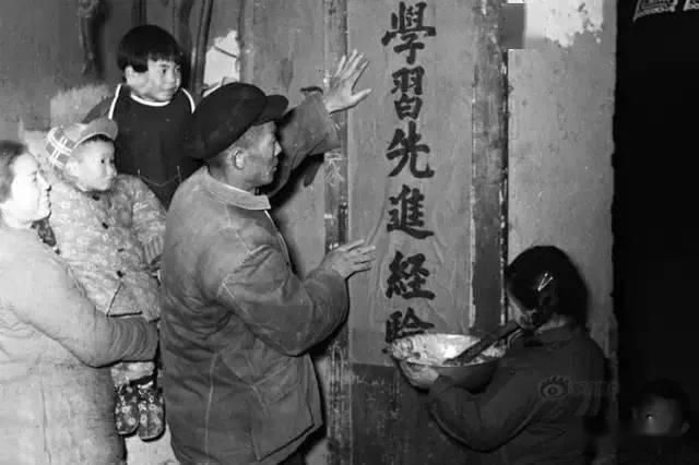斗地主牛牛:50、60、70、80年代春节老照片,简单而珍贵的年味!