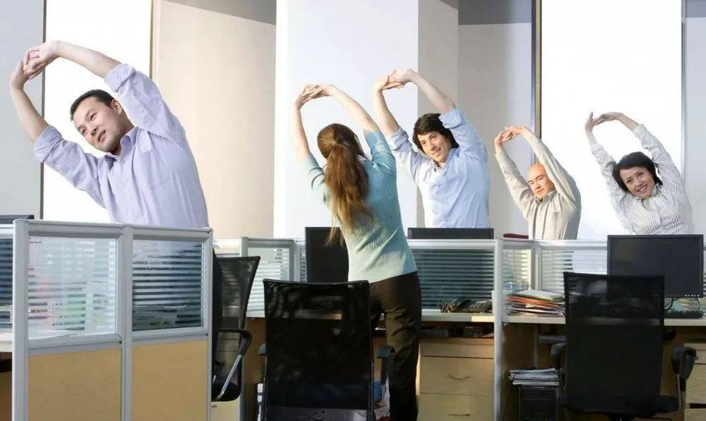 做不到这3个动作,说明你的肩膀已经70岁了!_手掌心