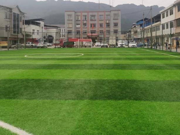 官方回应足球场被用于赶集:春节临时使用 损坏已修复
