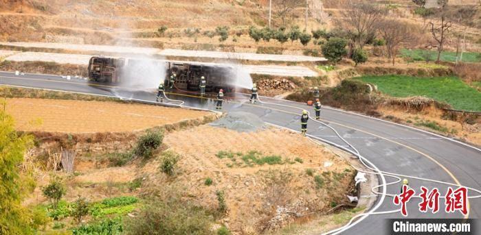 四川攀枝花:33吨油罐车侧翻发生泄漏 多部门奋战16小时排险
