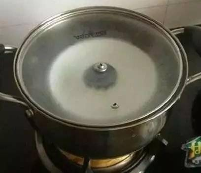 锅盖上的油不要用布擦,这样清洁会更轻松方便