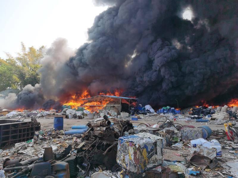 河源市区一废品回收站突发火情,现场黑烟直冲天际……