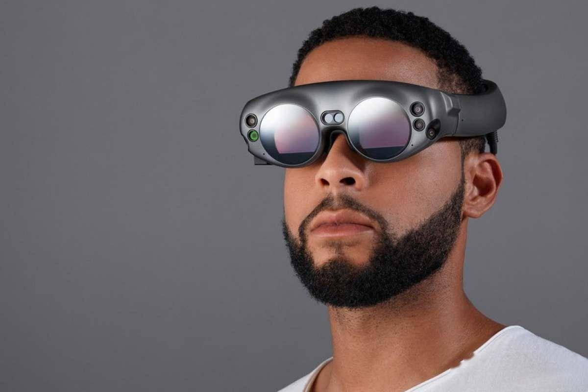 三星做了两段视频来展示他们眼中的 AR 眼镜
