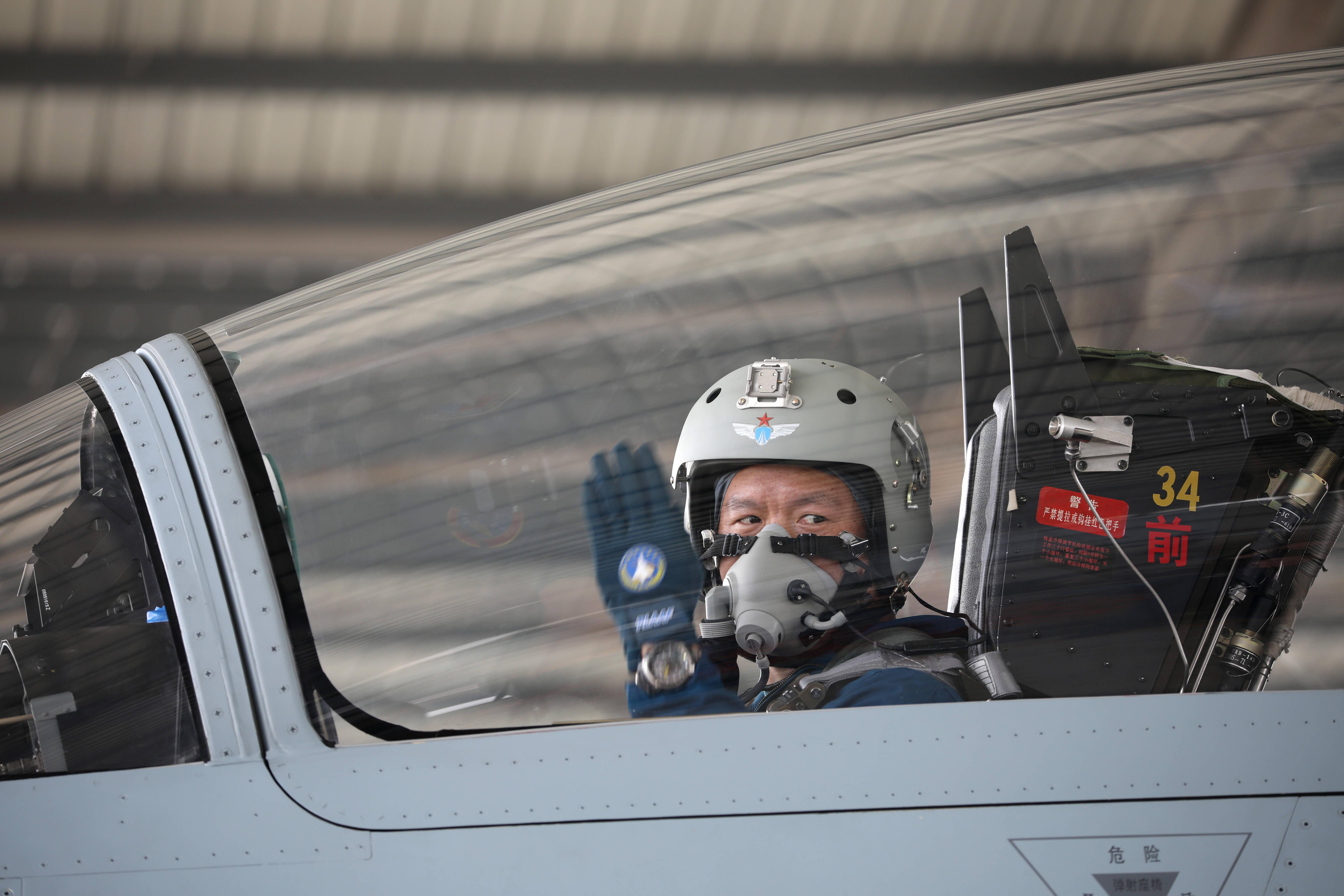 成功处置空中重大特情跳伞受伤的一等功臣复飞重返蓝天