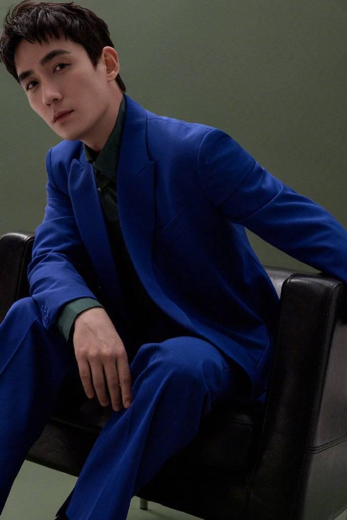 朱一龙身着宝石蓝西装 帅气有型
