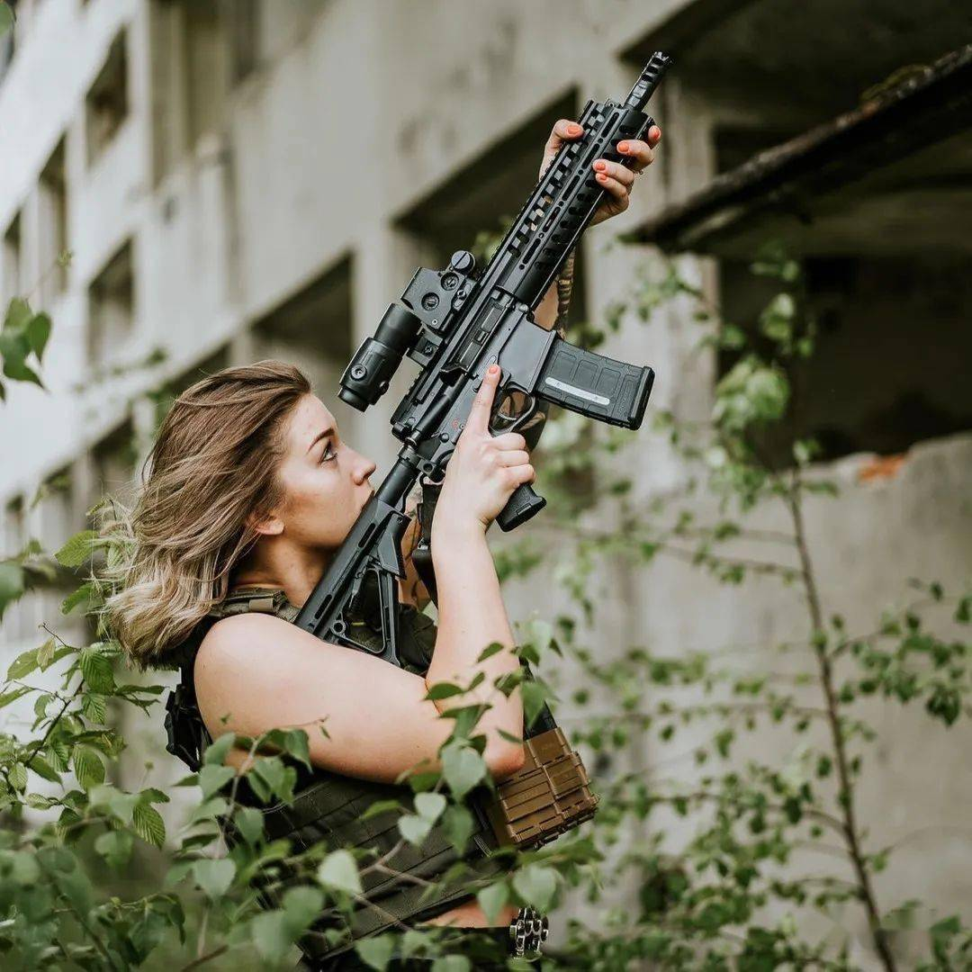 【妹子与枪】散发着别样味道的摄影佳作
