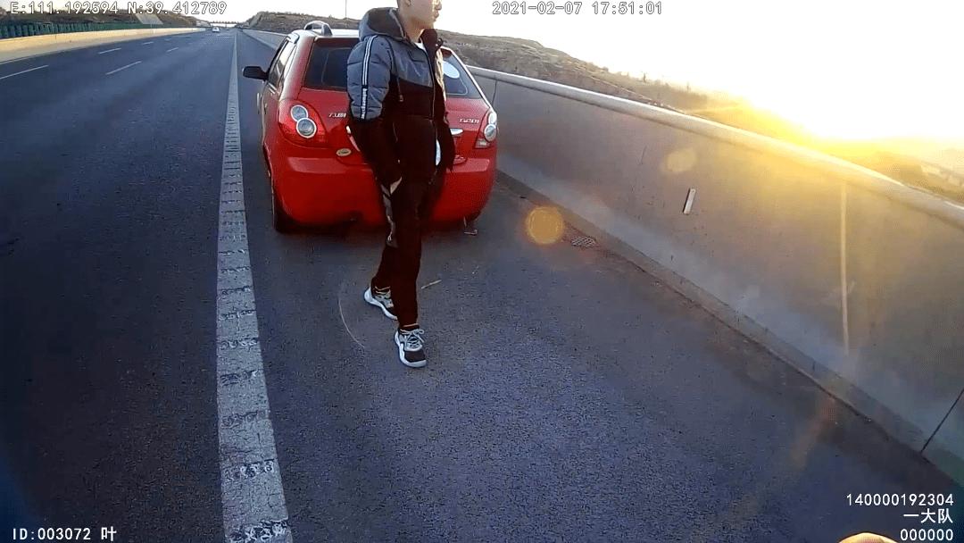山西男子在高速公路停车看夕阳拍美景,罚200元,扣6分!