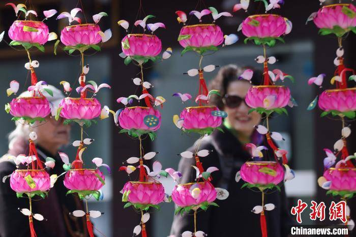 元宵节将至 南京传统手扎花灯走俏