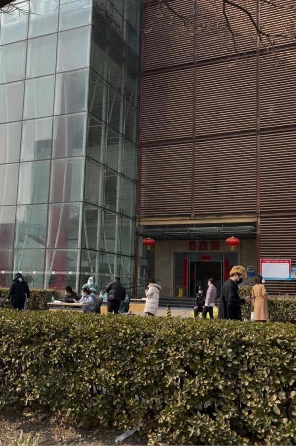 北京大兴亦庄两个园区封闭管理进行核酸检测