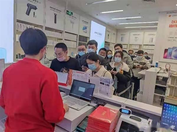 Redmi K40销售火爆:小米之家排长队抢购