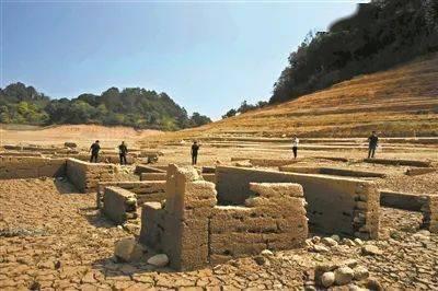 广东河源万绿湖近期水位连日下降,从而发现了古人类遗址!