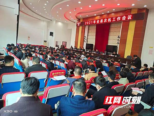 祁东县大中小型农用机械2200几台套,全乡稻谷机耕率达95.
