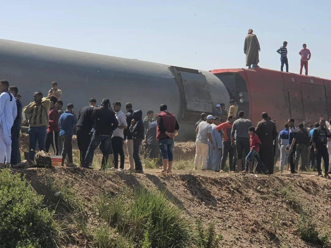 疑有人拉下紧急制动阀,这里两列火车相撞,已致32死108伤