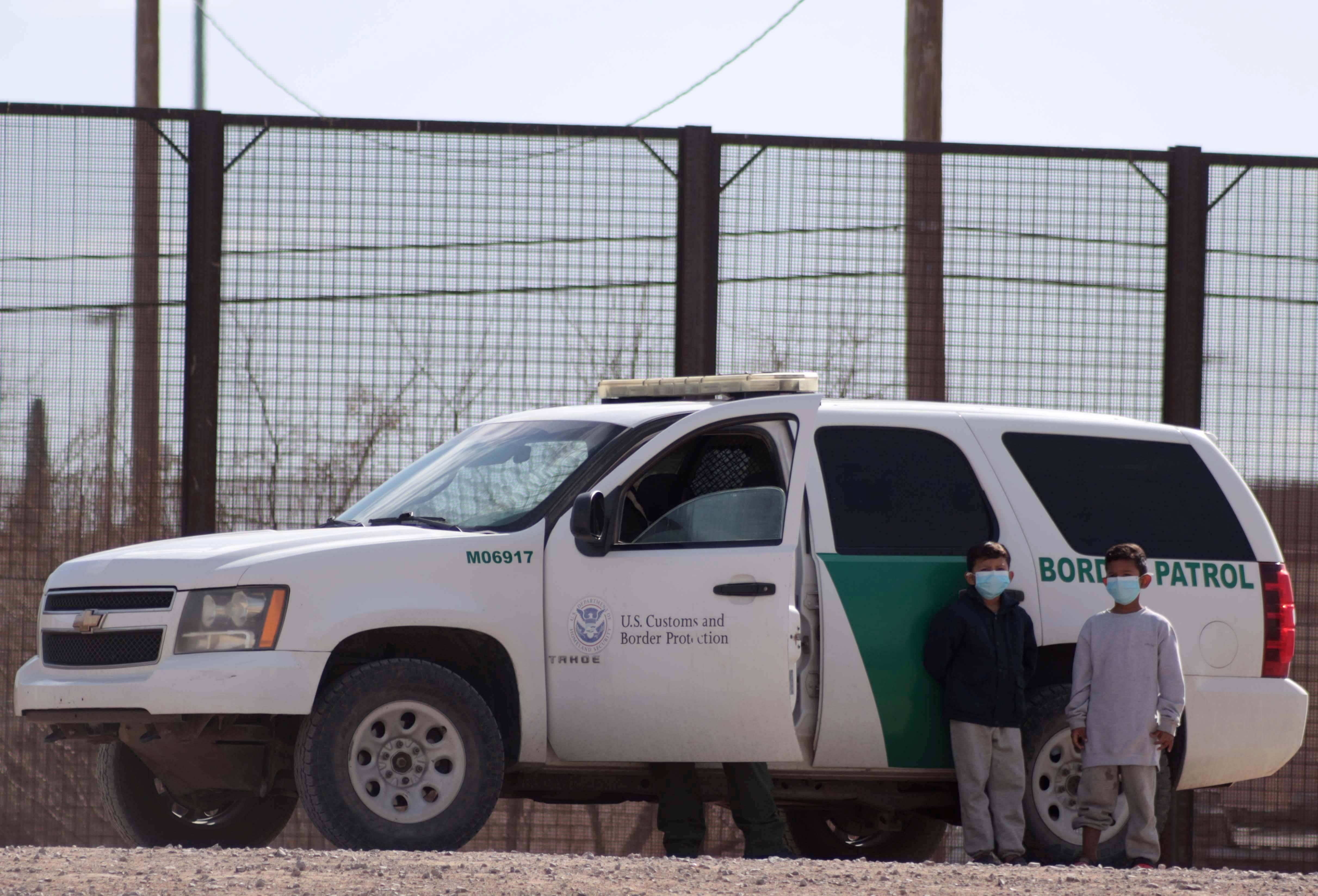 跨越美墨边境线的中美洲移民儿童                                   图2