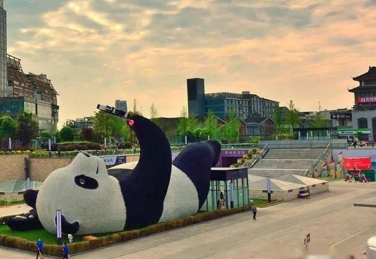 """都江堰再添新地标""""自拍熊猫"""",再用国外设计师引争论"""