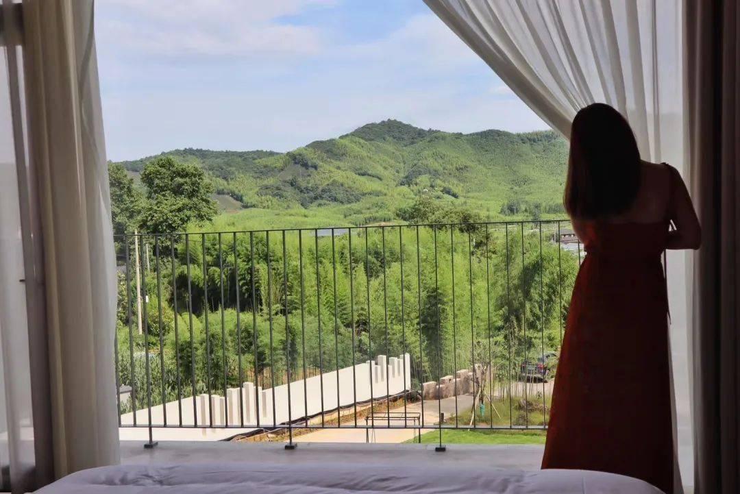 限时5折!人均300+睡入莫干山版好莱坞明星山庄,超惊艳山景房躺看春色,3000m²团建轰趴随心嗨!