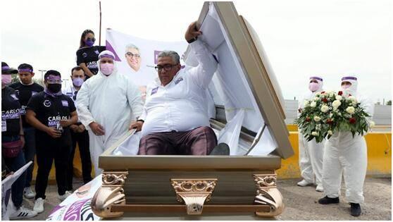 吸睛新招数?外媒:墨西哥议员候选人躺棺材里启动竞选活动,为强调一件事