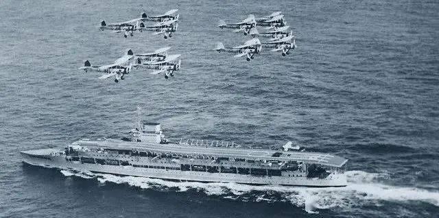 英国舰长送人头!航母开到战巡炮口下,德军一轮齐