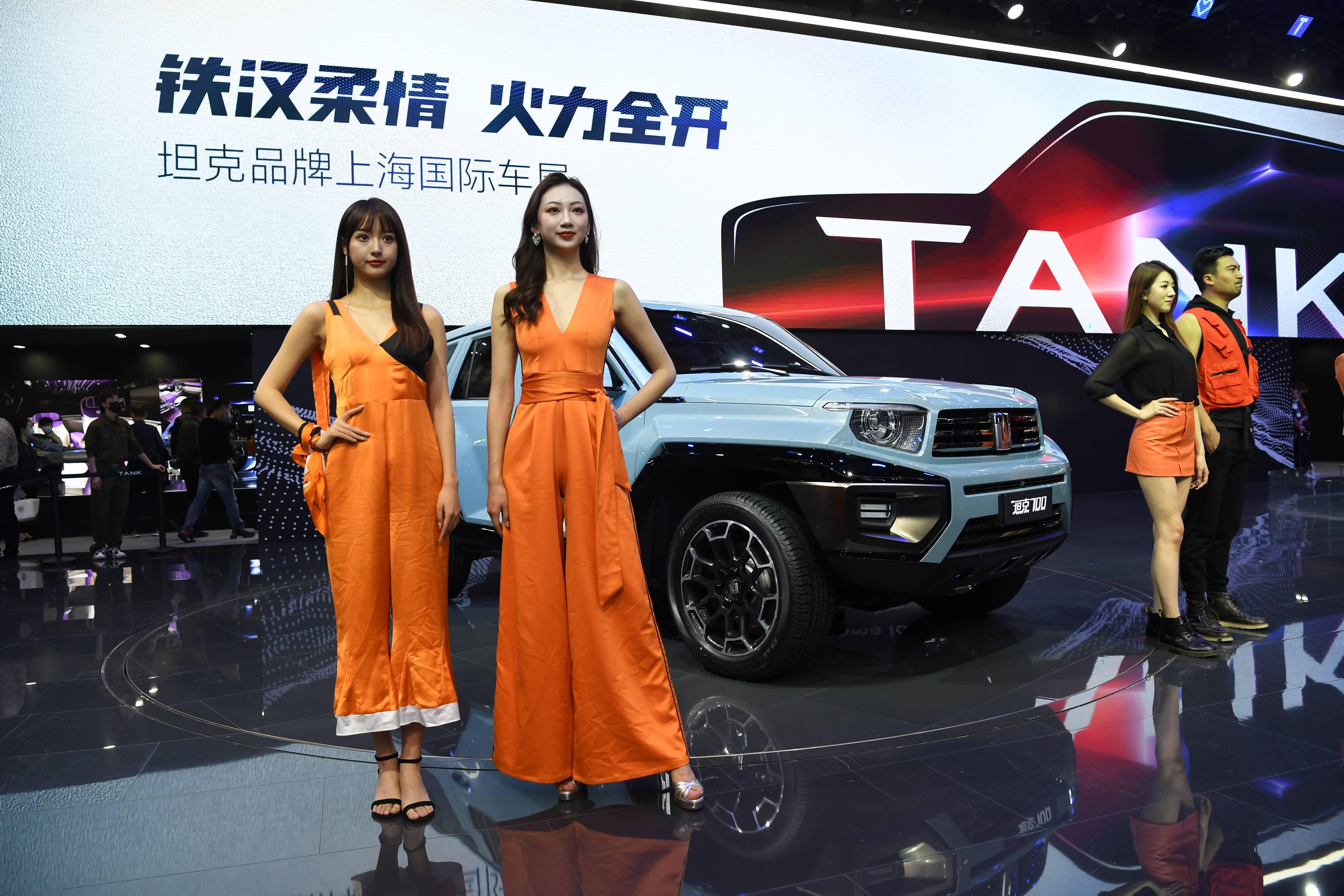 2021上海车展迎来普通公众日 车模为新车造势引围观(图6)