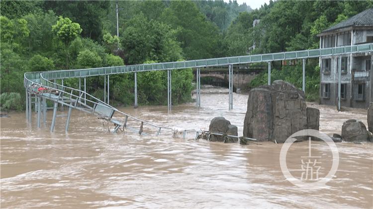 忠县持续降雨引发山洪 漂流景区300多艘漂流艇被冲走